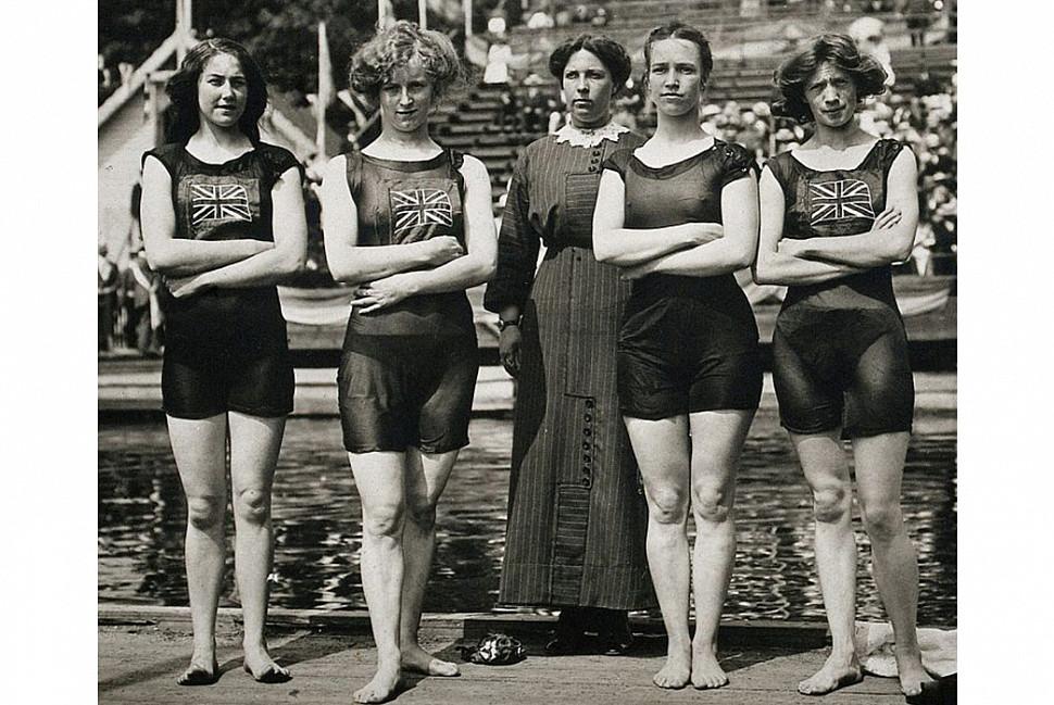 Женская сборная Великобритании по плаванию на Олимпийских играх 1912 года. Изображение с Википедии.