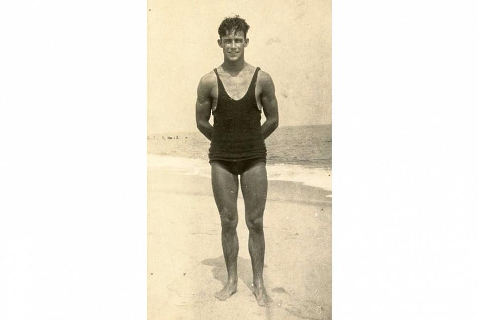 Мужчина в купальнике, 1910 г. Изображение через Vintage Everyday.