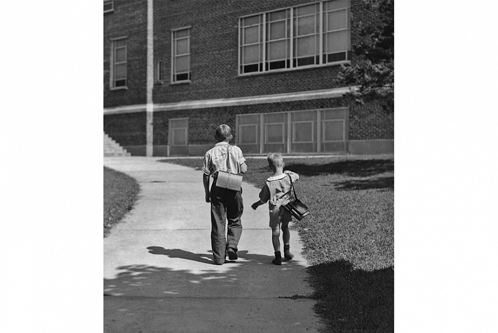 В 30 годы ученики ходили в школу без рюкзаков. Мальчик слева - с ранцем, а мальчик справа несет громоздкую сумку для книг. Фотография из коллекции Getty.