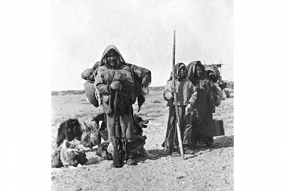 Инуиты с рюкзаками. Изображение из Пинтерест.