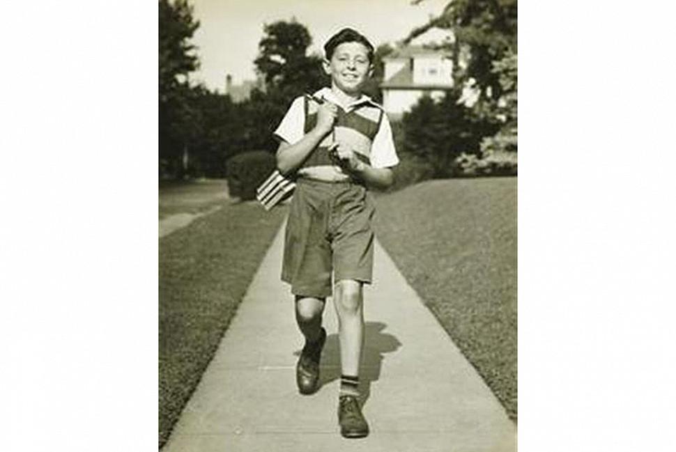 Ребенок, держащий книги в связке. Изображение из Пинтерест.