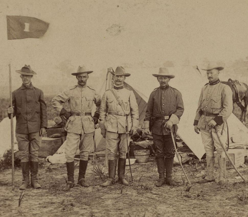Будущий президент Теодор Рузвельт и некоторые коллеги «Rough Riders» во время испано-американской войны. Изображение с Центра Теодора Рузвельта.
