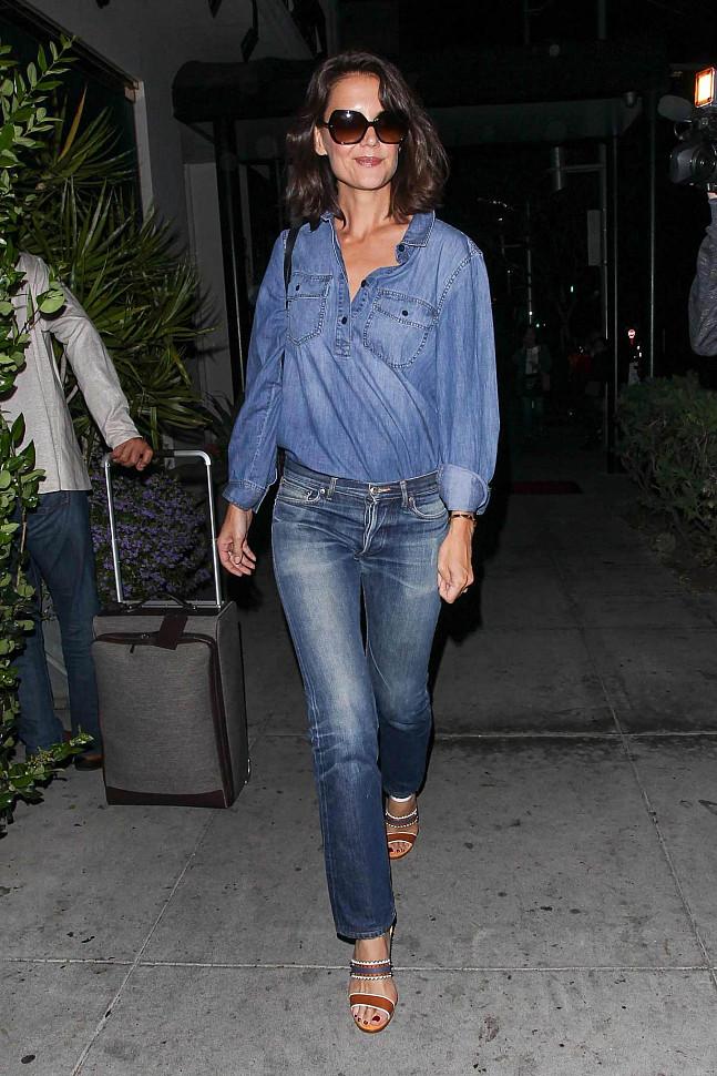Кэти Холмс в джинсовой одежде с двумя оттенками